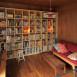 本棚のあるリビング